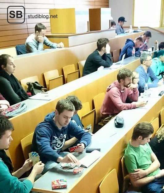 Bild von Studenten, die während der Vorlesung ein Game spielen