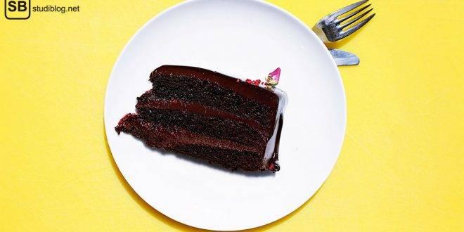 Gâteau au Chocolat: Ein Stück Schokoladenkuchen auf einem Teller