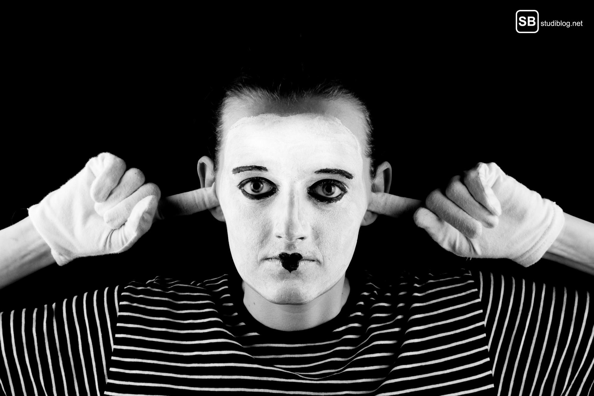 Misophonie: Pantomime hält sich die Ohren zu
