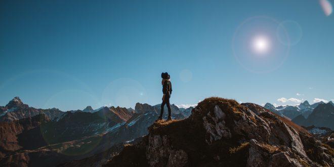 Generation Selbstverwirklichung: Mädchen steht auf Bergspitze