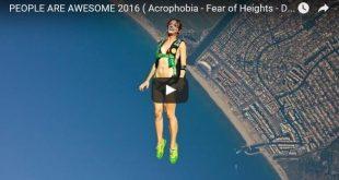 Awesome people 2016 Beitragsbild mit Fallschirmspringerin in Rückenlage über dem Meer