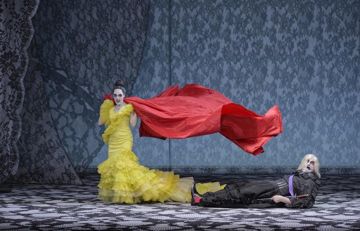 Bild aus der Oper: Leporello liegt am Boden, Donna Elvira steht - beide mit Blick Richtung Publikum.