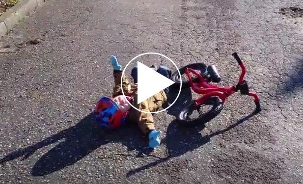 Beitragsbild zum Video ich in der Klausurphase immer mit fahrradfahrendem Kind das hinfällt