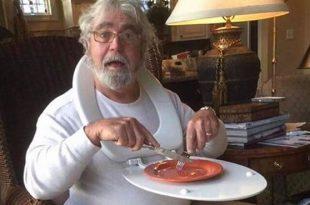 Titelbild zu Lifehacks auf welchem ein Mann sichtbar ist, der eine Klobrille umhängen hat und den Deckel als mobilen Esstisch benutzt