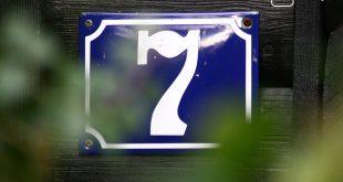 Zum Thema Meldepflicht und Studium: Blaues Hausnummernschild mit der Zahl 7.