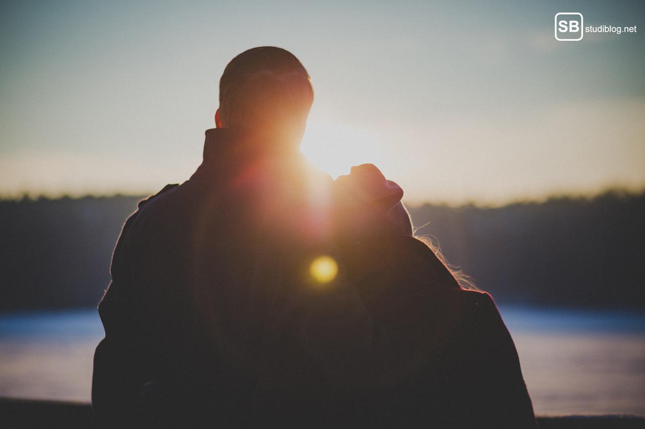 Wenn die Beziehung schlechtes Timing hat: Paar von hinten im Gegenlicht