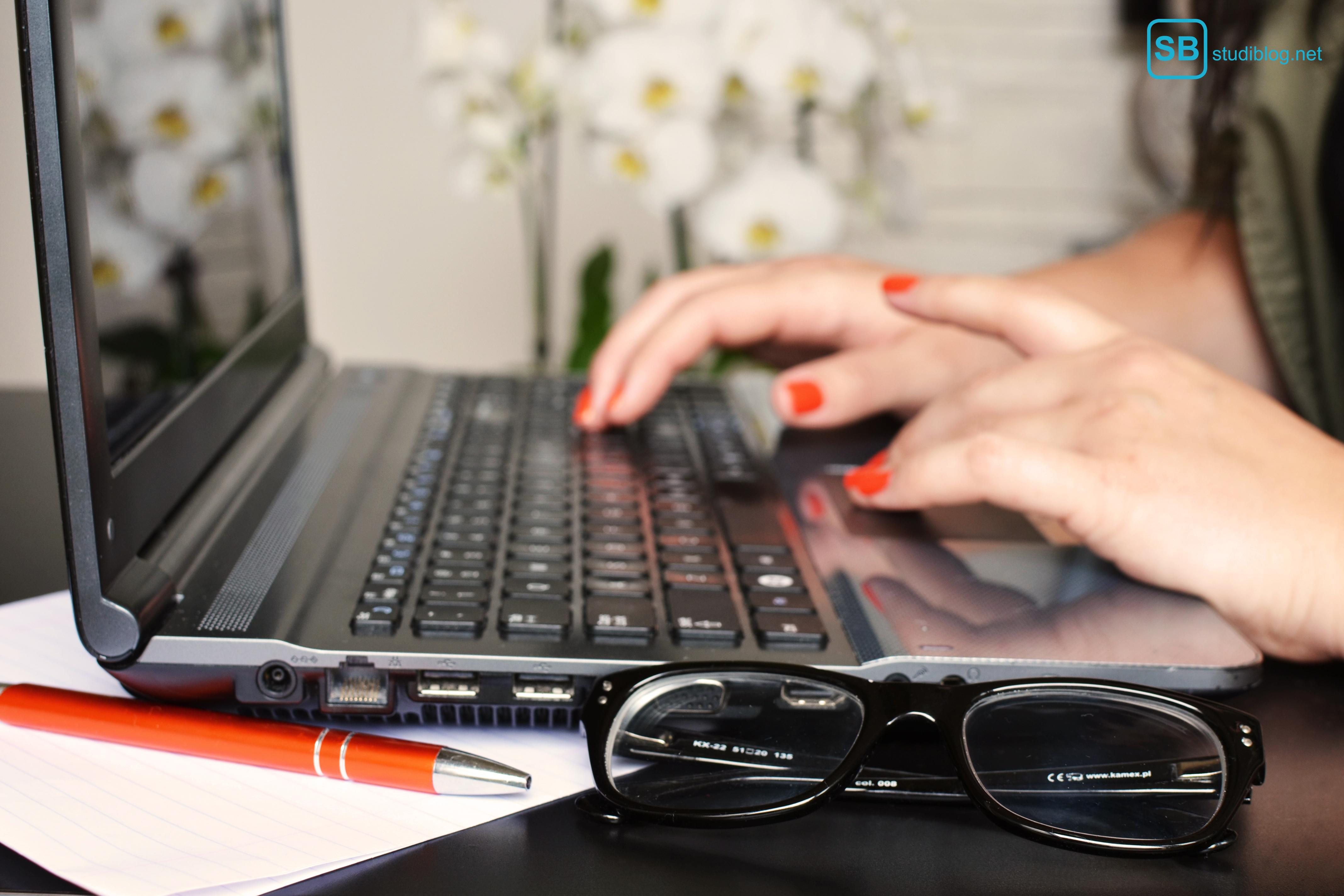 Layout der wissenschaftlichen Arbeit: Mädchen schreibt etwas an einem Laptop