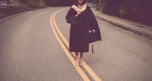 Promotion: Doktorandin steht auf einer Straße