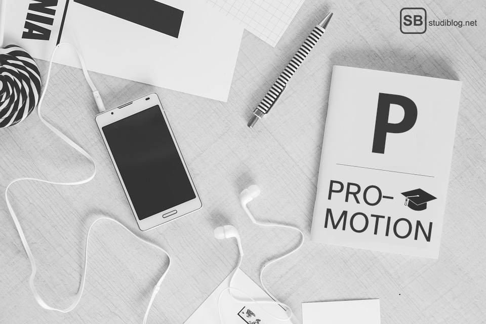 Promotion: Handy, Stift, Kopfhörer, etc. liegen auf einem Tisch / procedure