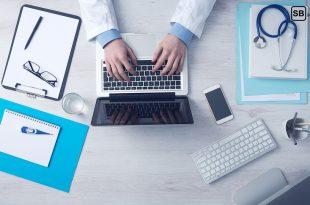Teilstudienplatz Medizin: Arzt sitzt am Schreibtisch mit Utensilien
