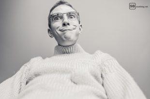 Unsichere, schüchterne Männer: Mann von unten fotografiert, der eine Fratze zieht.