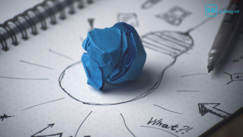 Weniger denken, mehr tun: Mindmap mit Glühbirne und zerknülltem Papier