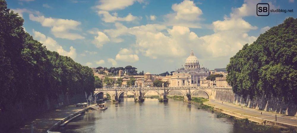 5 Orte, die du in Rom besuchen solltest: Blick auf Rom über einen Fluss