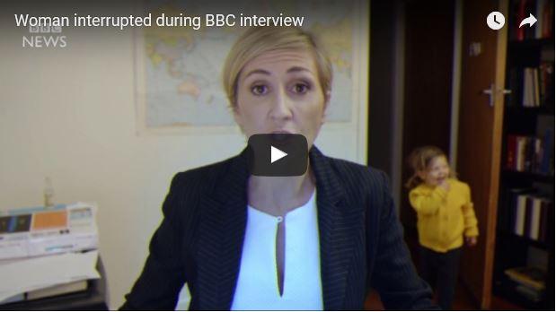 Beitragsbild zum Video eines BBC Interviews in dem eine Mutter von Ihren Kindern und allen möglichen Haushaltstätigkeiten überrumpelt wird