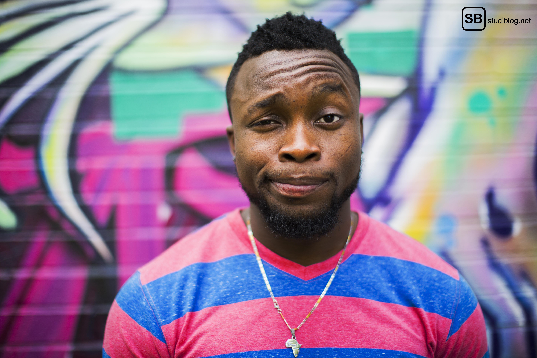Männer sprechen keine Hysterie: Mann in rot-blauem Shirt vor Graffiti