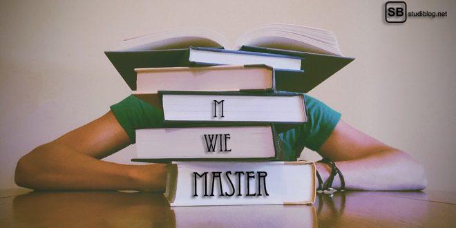 M wie Master: Student hinter gestapelten Büchern