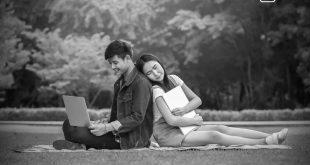 Selbsttest: zwei Studenten sitzen auf einer Wiese