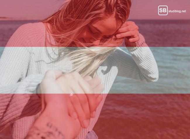 Mädchen hält Hand von Jungen, Flagge von Österreich
