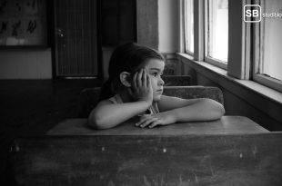 Erstie in Vorlesung - Mädchen sitzt im Klassenzimmer und schaut aus dem Fenster