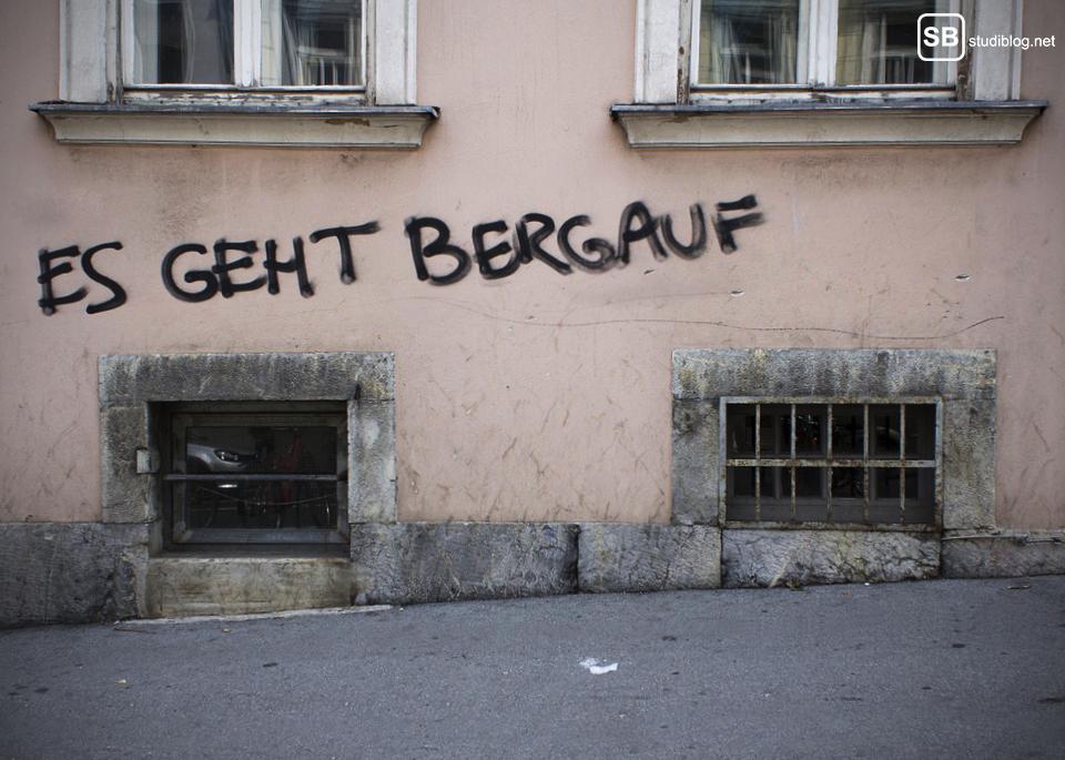 """Graz Schriftzug an Hauswand """"Es geht bergauf"""""""