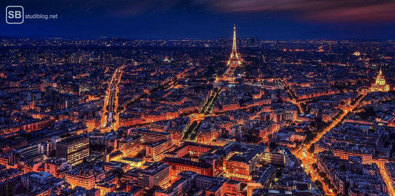 Paris und der Eiffelturm bei Nacht