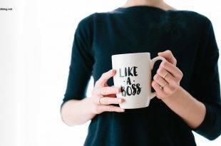 Selbstständig nach dem Studium: Frau hält Tasse mit der Aufschrift: Like a boss