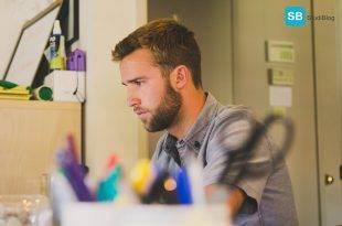 Beitragsbild zum Thema Weiterbildung im Beruf, zeigt Student am Schreibtisch sitzend