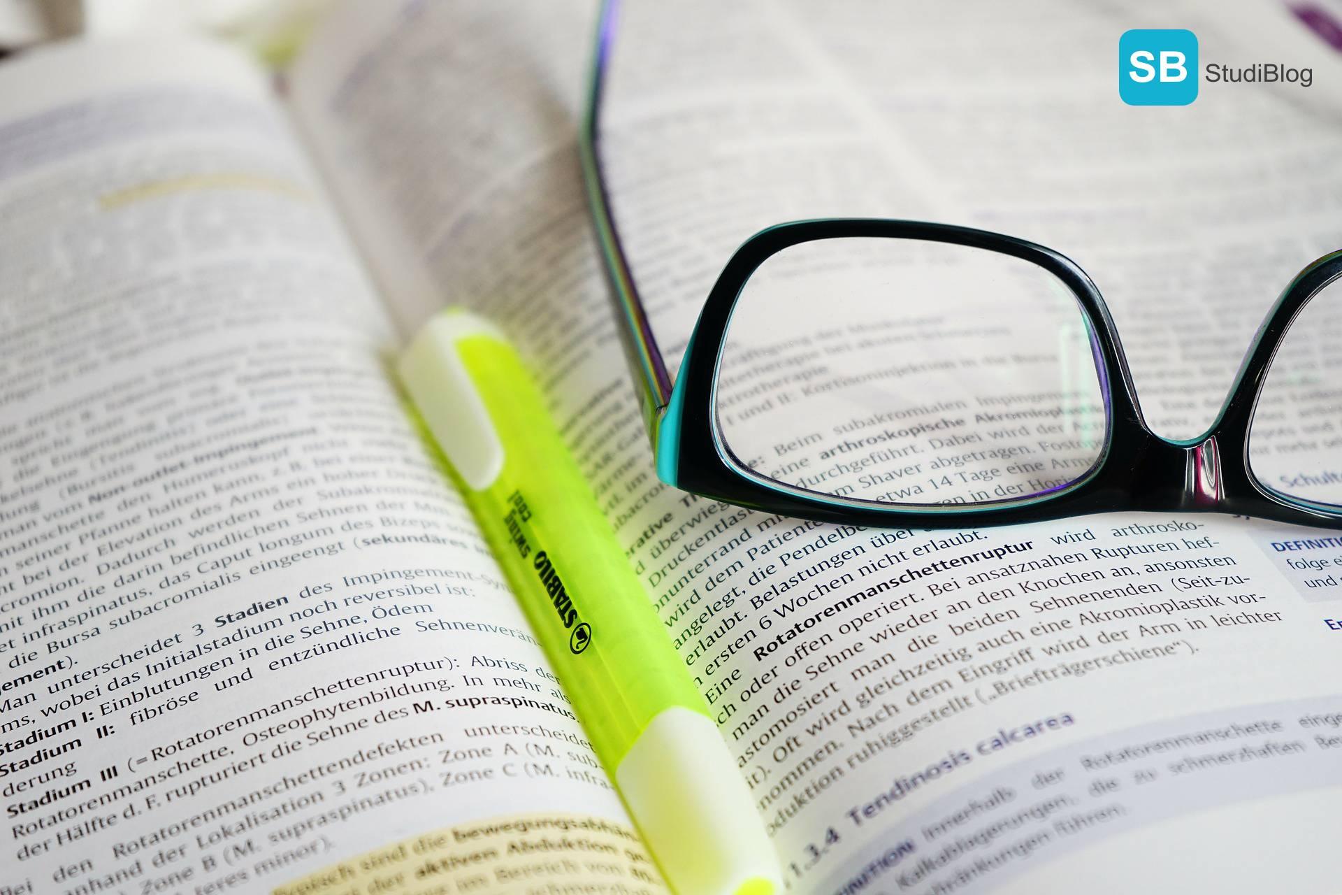 Beitragsbild für den Text über die Weiterbildungsmöglichkeiten während des Studiums - Gezeigt wird ein Buch auf dem eine Brille und ein Textmarker liegt