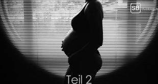 Frau, die schwanger ist, steht vor einem Fenster - Teil 2