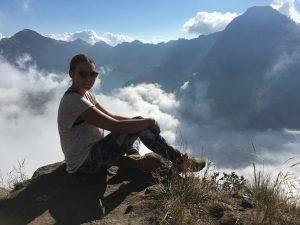 Auf dem Gipfel des Rinjani mit Wolken im Hintergrund