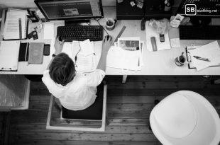 Effektiv arbeiten: Mann sitzt am Schreibtisch