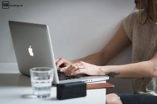 Jobeinstieg: Mädchen sitzt vor ihrem Laptop