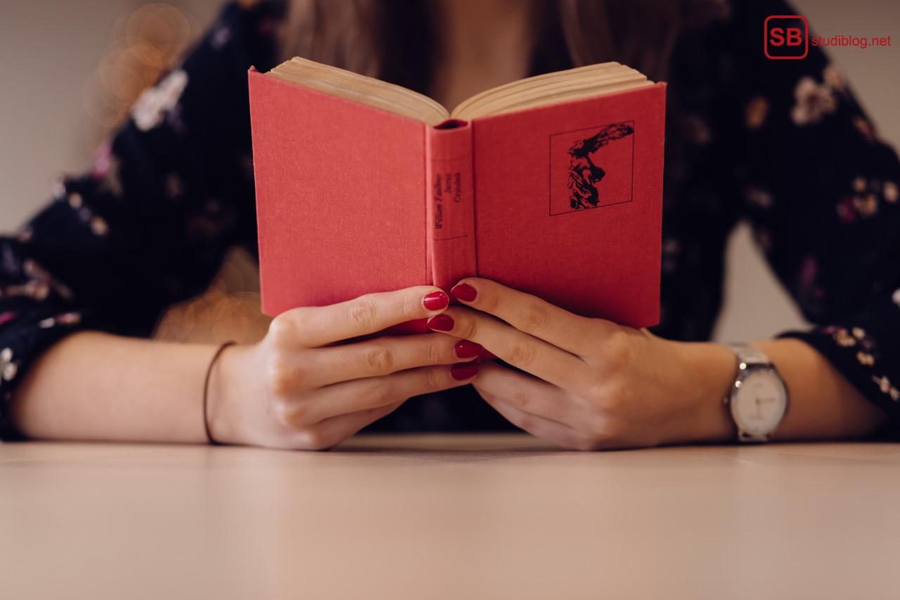 Lesen zur Gewohnheit machen: Frau liest Buch