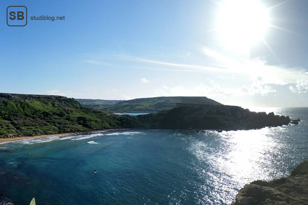 Küste von Malta mit Meer und greller Sonne