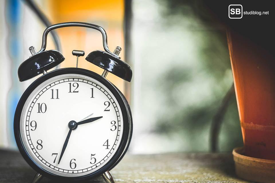 Ein Wecker zeigt die Zeit an