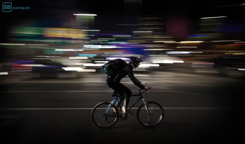 Lieferjunge auf Fahrrad in der Nacht