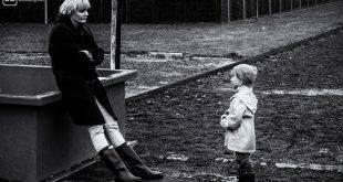 Mutter und Tochter stehen sich gegenüber und schauen sich an.