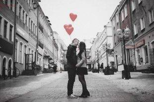 Alle vergeben: Pärchen steht in einer Straße mit Herz-Luftballons in der Hand