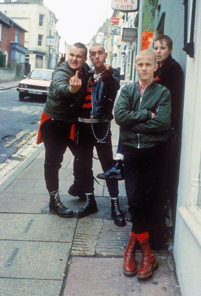 90er Trend: Skinheads tragen Bomberjacken