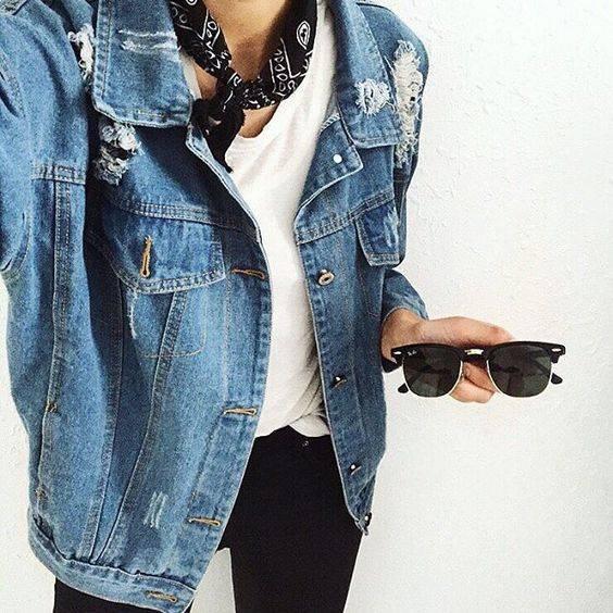 Trends der 90er: Frau mit Jeans-Jacke und Bandana
