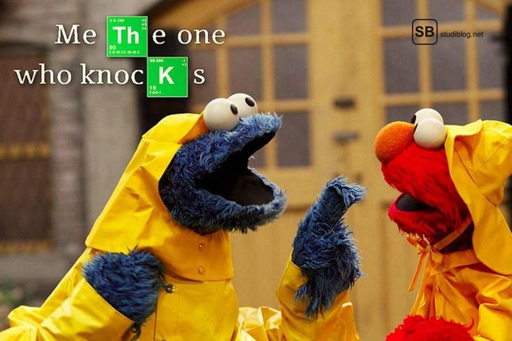 Figuren aus der Sesamstraße in Regenmäntel gekleidet unterhalten sich - Der Chemiestudent.