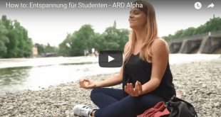 Entspannung für Studenten: Frau sitzt entspannt am Flussufer