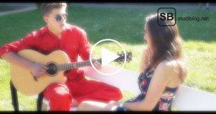 Titelbild zum Song der Medimeisterschaften 2017 - Paar auf einer Bank mit Gitarre