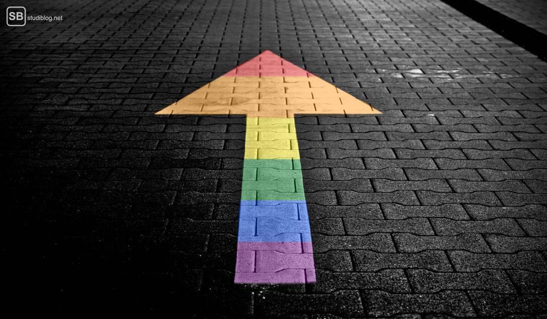 Regenbogen-Pfeil auf Boden steht für Veränderung