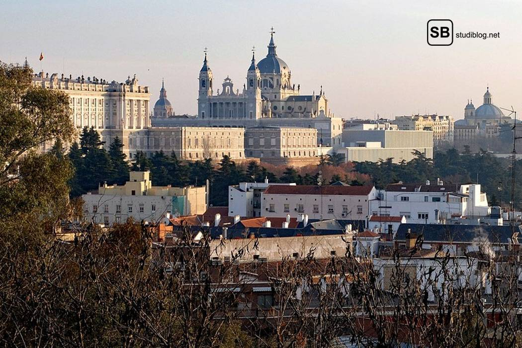 Madrid - die Hauptstadt Spaniens - mit Blick vom Stadtrand aus auf den Palast.