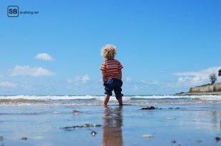Das Leben leben lernen - Titelbild mit Kind das am Strand im Wasser steht und in die Ferne schaut