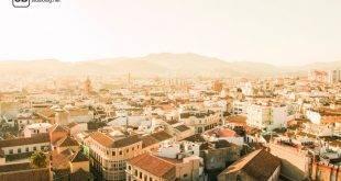 Die spanische Stadt Granada an einem Sommertag aus der Vogelperspektive; im Hintergrund sind Berge zu erkennen - Reisetipps in Spanien abseits von Mallorca.