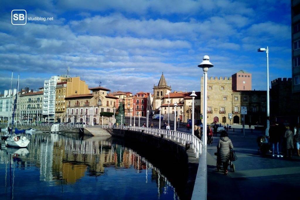 Stadt Gijon in Spanien mit Promenade und Teil des Hafens - Reisetipps auf Spaniens Festland.