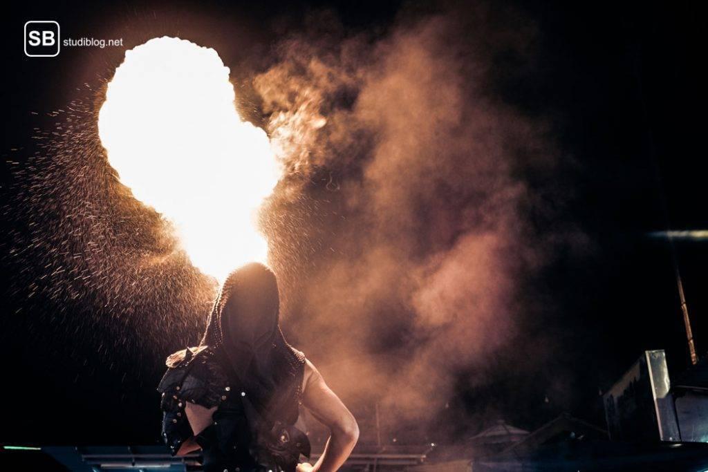 Feuerspucker in der Dunkelheit - Wenn bei Sodbrennen der Hals schmerzt.