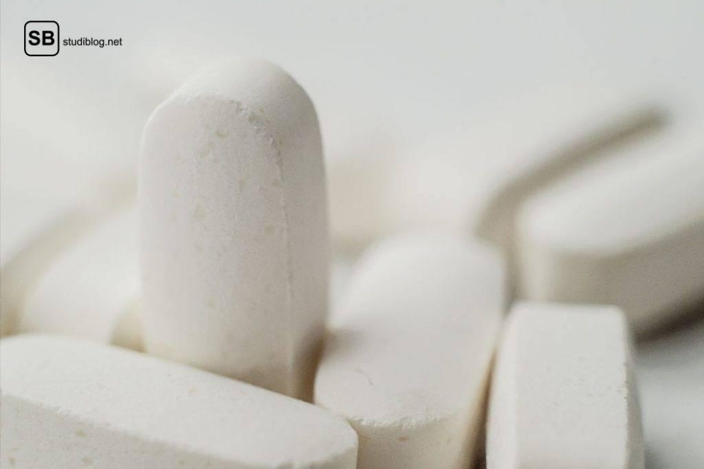 Kleine weiße Pillen - sogenannte Antazida, die bei Sodbrennen die Magensäure ein wenig hemmen.
